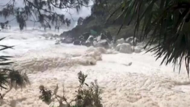 Avustralya'da fırtına; sahil deniz köpüğüyle kaplandı
