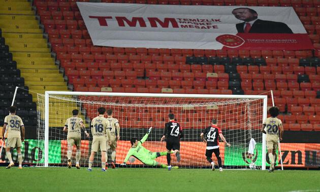 Son dakika... Fenerbahçe'de stoperler 6. kez penaltıya sebep oldu