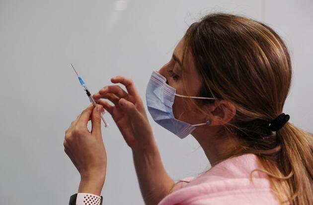 8 kat daha dirençli: Uzmanlardan 'aşıların yenilenmesi gerekebilir' açıklaması