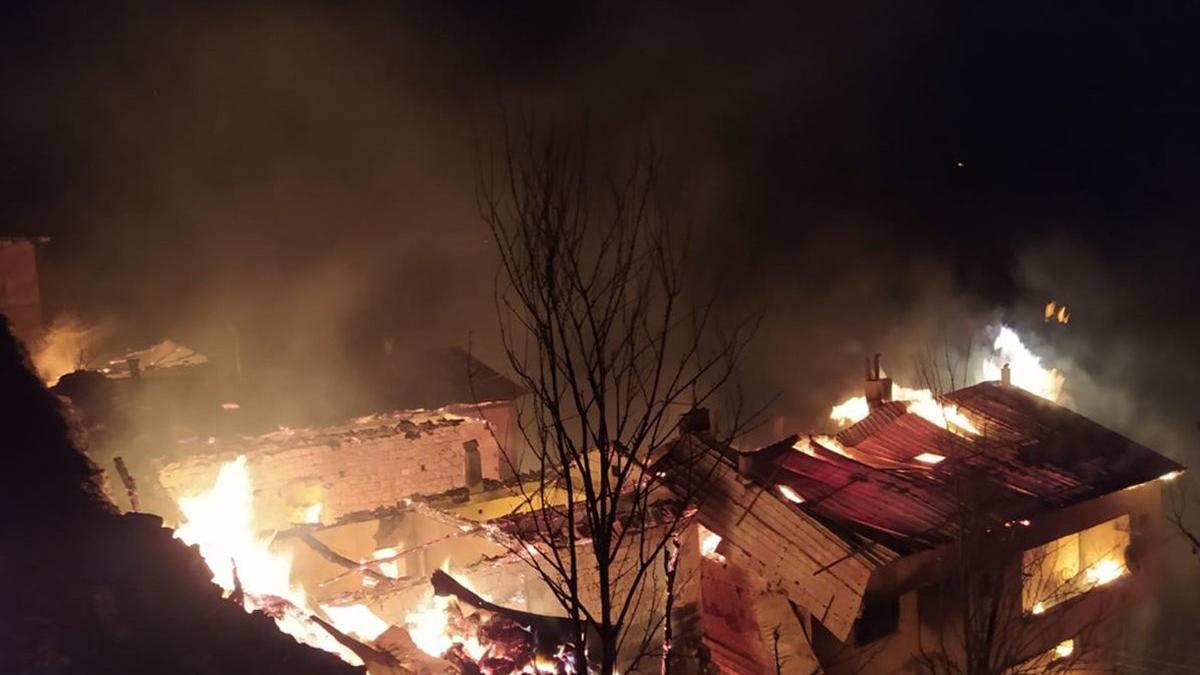 Yangın 7 evi küle çevirdi