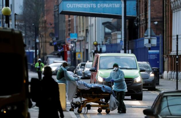 İngiltere'de kritik açıklama: Hastanelere 30 saniyede bir koronavirüs hastası geliyor