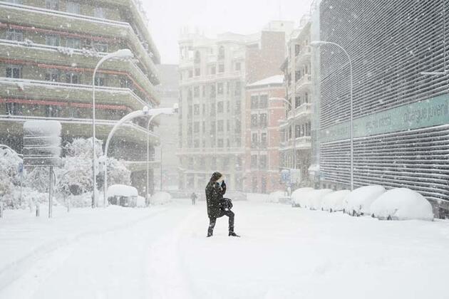 İspanya kar fırtınasına teslim oldu: Uçuşlar iptal edildi