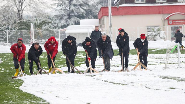 Samsunspor Teknik Direktörü Sağlam, karla kaplanan antrenman sahasını temizledi