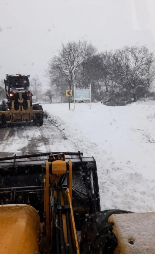 Bursa'da kar yolları kapattı