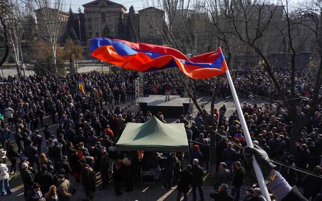 Ermenistan'da Paşinyan'ın istifasını isteyen göstericiler hükümet binasına girdi
