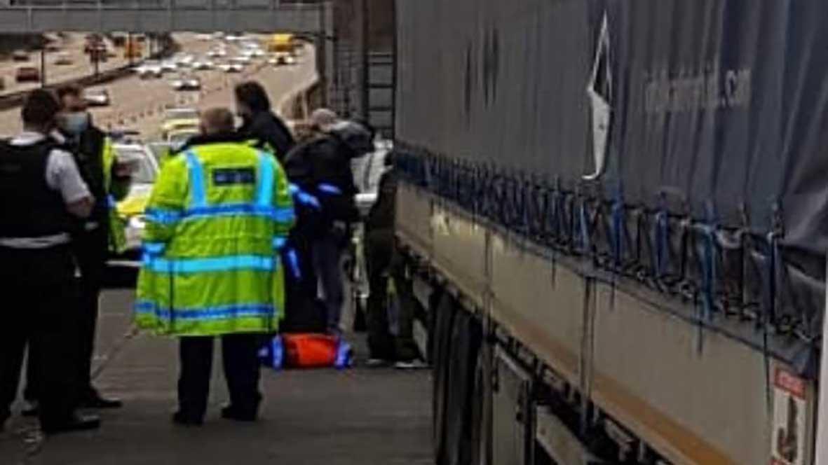 İngiltere Türkiye'ye gönderme planları yaparken... Türk şoförün kullandığı TIR'da kaçak göçmenler çıktı