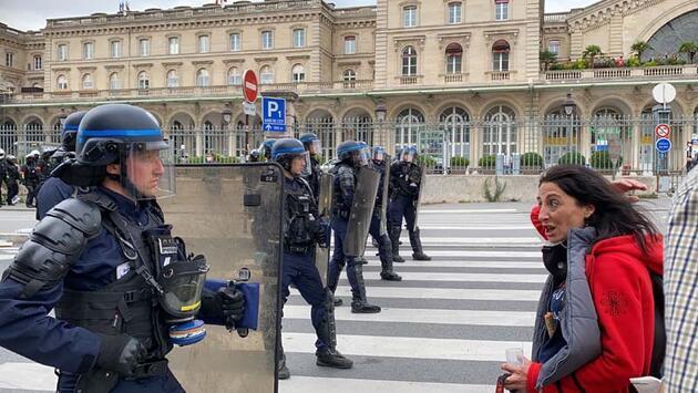 Paris'te 'Macron istifa' sesleri! Binlerce kişi protesto düzenledi